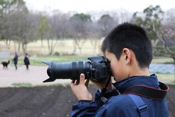 被写体を撮影する子供