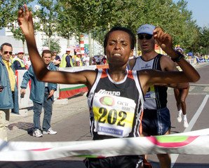 ETHIOPIAN ATHLET DERARTU TULU CROSSES THE PORTUGUESE HALF-MARATHON FINISH LINE.