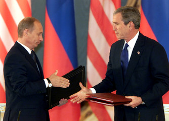 US PRESIDENT BUSH AND RUSSIAN PRESIDENT PUTIN SIGN NUCLEAR ARMS TREATYOF MOSCOW IN THE KREMLIN.