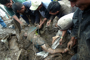 Salvadoran soldiers dig out victims from site of mudslide in Colon