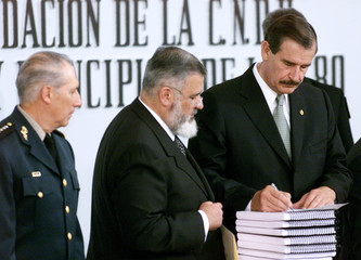 PRESIDENT FOX SIGNS RECEIPT OF RIGHTS COMMISSION ON DISAPPEARED.