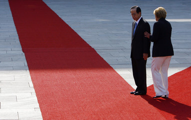 German Chancellor Angela Merkel and Japan's Prime Minister Yasuo Fukuda inspect an honour guard in Berlin