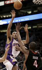 Phoenix Suns Shawn Marion shoots over Toronto Raptors.