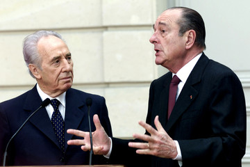 French President Jacques Chirac (R) and Israeli Foreign Minister Shimon Peres answer newsmen after t..
