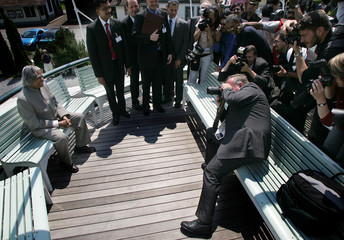 Swiss president Schmid takes pictures of India's president Kalam aboard a steamship on the lake ...