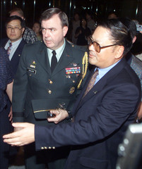 DIRECTOR GENERAL CHEN GUIDES US DEFENSE ATTACHE SEALOCK TO A JOINT PRESS CONFERENCE IN HAIKOU.
