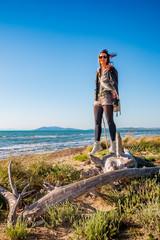 Femme sur la plage d'Orbetello en Toscane