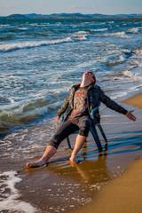 Jeune homme sur la plage d'Orbetello en Toscane