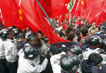 Police block Chinese students rallying for their country after start of Olympic torch relay at Seoul Olympic Park