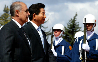 Turkish President Sezer and South Korean President Roh Moo Hyun review an honour guard in Ankara.