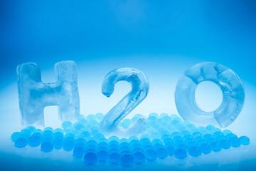 Symbolbild für Wasser mit H2O Schrift aus gefrorenen Buchstaben