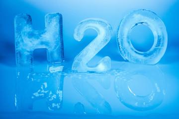 Symbolbild für Wasser mit H2O Schrift aus Buchstaben aus Eis