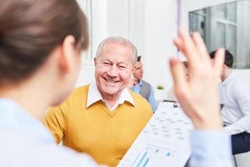 Älterer Geschäftsmann freut sich über Idee