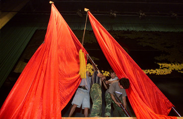 CHINESE WORKERS TAKE DOWN RED FLAGS AFTER SOME 800 CHINESE UNIVERSITY STUDENTS JOINED THE CHINESE ...