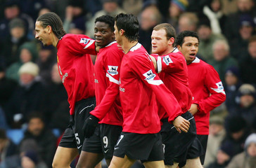 Manchester United's Saha celebrates with team mates after scoring against West Bromwich Albion during English Premier League match in Birmingham