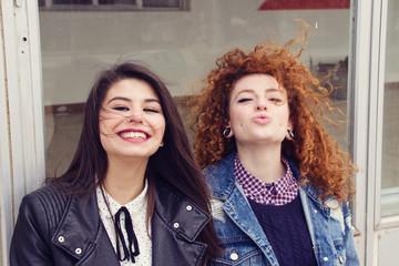 Dos amigas adolescentes divirtiéndose juntas