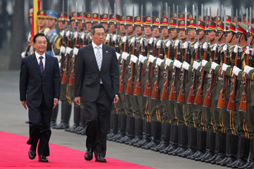 Chinese Premier Wen and Singapore counterpart Lee review honour guard in Beijing