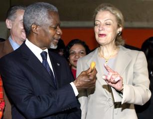 UN GENERAL-SECRETARY ANNAN HIS WIFE NANE EAT COXINHA IN SAO PAULO.