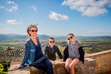 En famille devant les paysages de Toscane vu depuis Capalbio