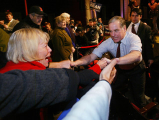 HOWARD DEAN REACHES OUT TO SUPPORTERS AT RALLY IN NEW HAMPSHIRE.