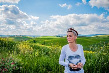 Femme devant les paysages du val d'Orcia en Toscane
