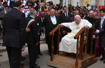 POPE JOHN PAUL II LEAVES ST. PETER'S SQUARE ON HIS MOBILE THRONE AT THEEND OF GENERAL AUDIENCE.