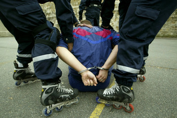-PHOTO TAKEN 04NOV03- Special Paris rollerblade police unit participate in a training session Novemb..