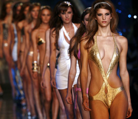 Models parade at end of Seduzioni Diamonds Valeria Marini Spring/Summer 2007 women's collection in Milan