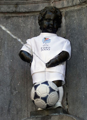 MANNENKEN PIS WEARS THE EURO 2000 COSTUM.