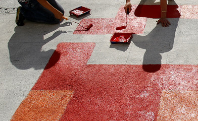 Pupils copy a Kandinsky painting on the pavement of the Weilheim market place