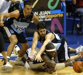 USA ONEILL FIGHT FOR A LOOSE BALL AGAINST ARGENTINE PLAYERS IN PUERTORICO.