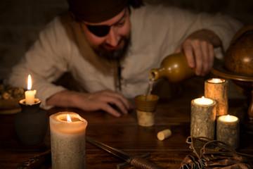 Pirat schenkt sich Rum ein, Konzept Themenabend und Mittelalter
