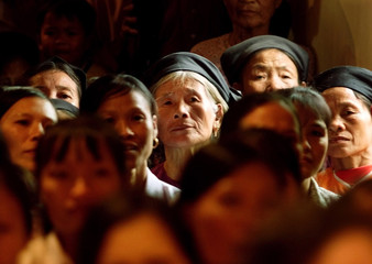 VIETNAMESE LISTEN TO HILLARY RODHAM CLINTON DURING VILLAGE VISIT.
