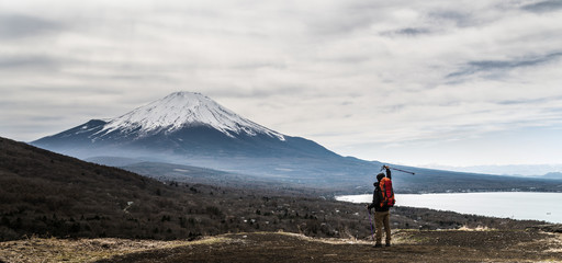 Poster de jardin Alpinisme 登山をする男性、ステッキ、喜ぶ、歓喜 手を上げる