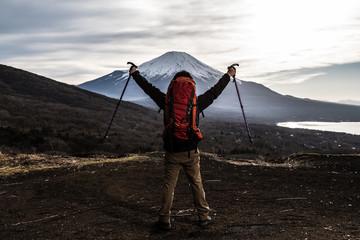In de dag Alpinisme 登山をする男性、ステッキ、喜ぶ、歓喜 手を上げる