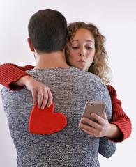 El abrazo de la traicionfalso amor.