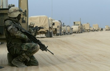 US ARMYCOMBAT ENGINEERS GUARD THEIR CONVOY ON THE WAY TO BAGHDAD.