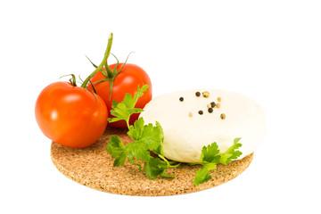 Сыр, петрушка и помидоры на белом фоне