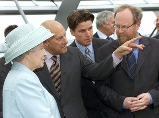 BRITAINS QUEEN ELIZABETH ON VISIT TO REICHSTAGSBUILDING IN BERLIN.