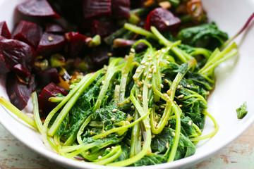 Giersch (Aegopodium podagraria), Wildkraut, Wildgemüse. Gekocht kann es wie Spinat zubereitet werden. Frischer Frühlingssalat mit Roter Beete