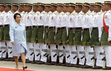 PHILIPPINE PRESIDENT GLORIA ARROYO INSPECTS AN HONOUR GUARD IN KUALA LUMPUR.