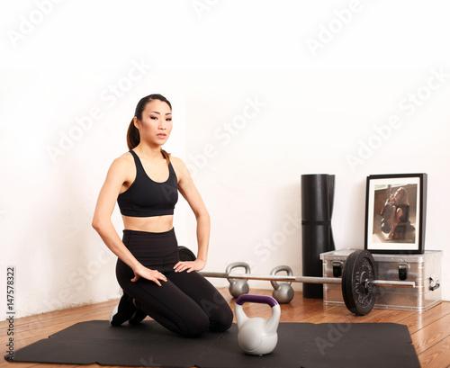frau trainiert mit kettlebells imagens e fotos de stock royalty free no imagem. Black Bedroom Furniture Sets. Home Design Ideas