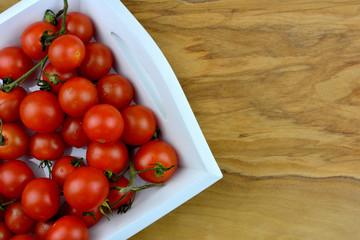 Tomaten - Rispentomaten auf einem Servierbrett mit Textfreifeld