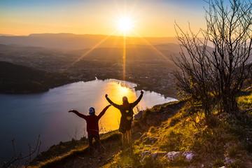 Jeune couple en montagne