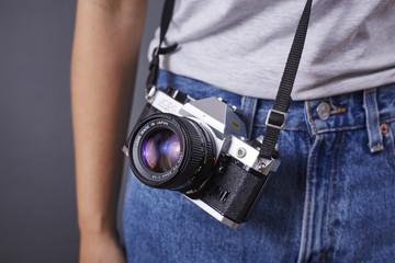 Frau mit Analog-Kamera