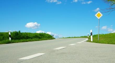 Landstraße mit Kurven