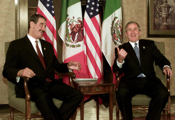 US PRESIDENT BUSH JOKES WITH MEXICAN PRESIDENT FOX AT AMERICAS SUMMIT.