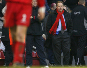 LIVERPOOL MANAGER GERARD HOULLIER WATCHES HIS TEAM LEAVE THE PITCHAFTER THEIR ENGLISH PREMIER LEAGUE ...