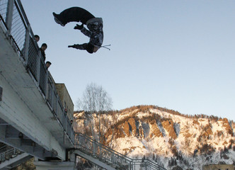 Parkour practitioner jumps from bridge in town of Divnogorsk