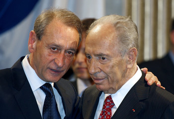 Israel's President  Peres talks with Paris'mayor Delanoe during a ceremony at the capital's town hall